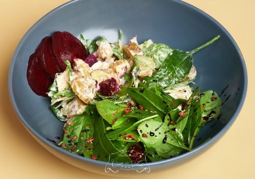 Salata cu pastrav afumat si sfecla inabusita