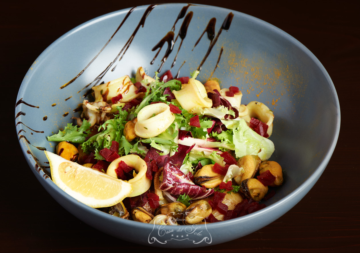 Salata de scoici cu calamari baby si cartofi confit
