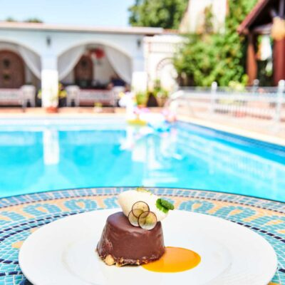 Cheesecake de ciocolată albă, mousse de lime și praline de migdale